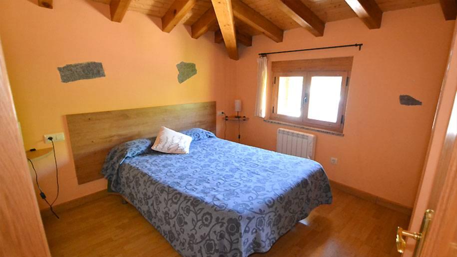 Habitación con cama de matrimonio en uno de los apartamentos Doña Petra