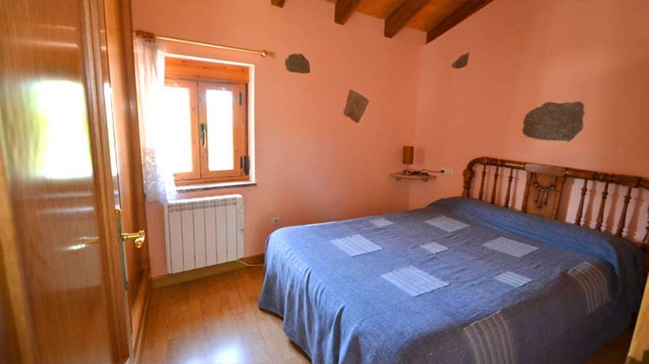 Habitación con cama de matrimonio en Doña Petra