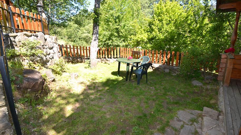 Jardín exterior de una cabaña de madera