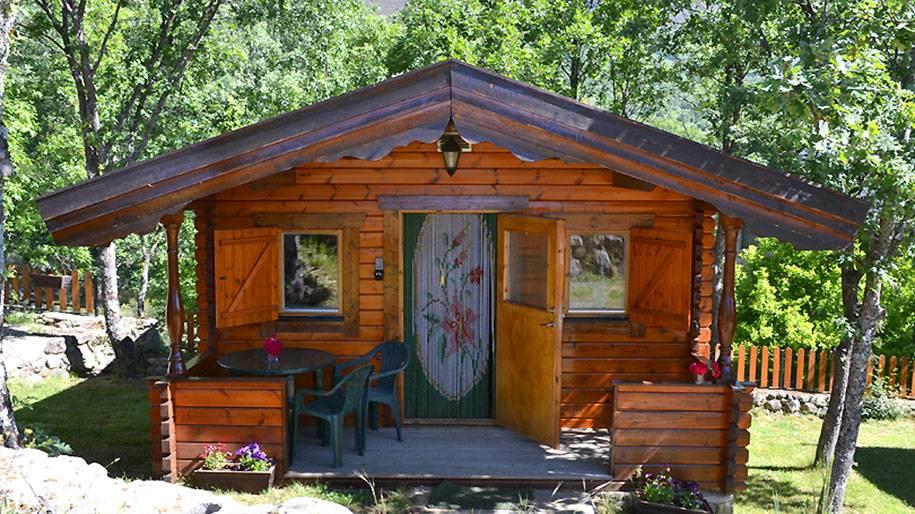 Puerta de entrada a la cabaña de madera